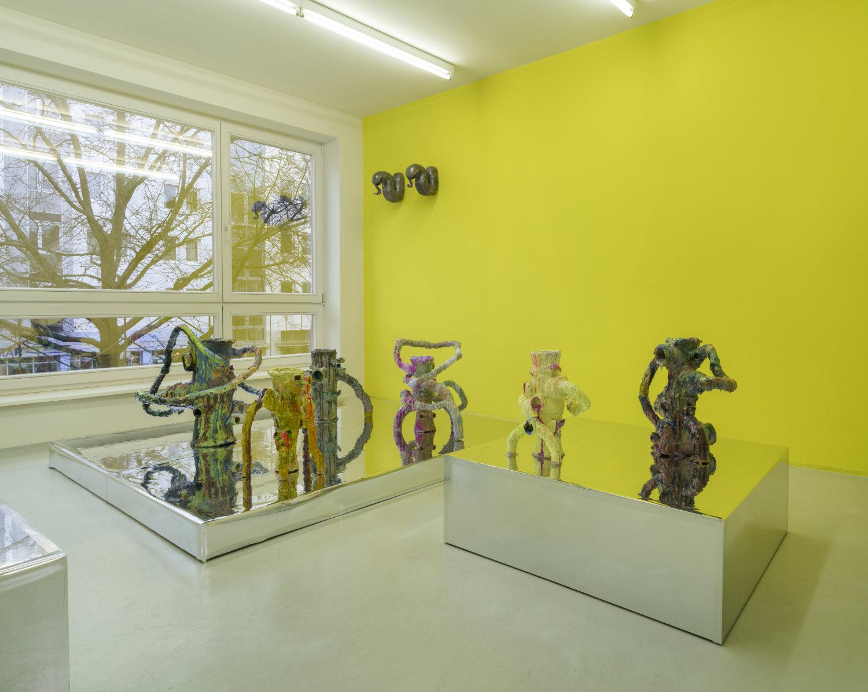 Ein Raum mit einem Podest, auf dem verschiedene Keramiken stehen.