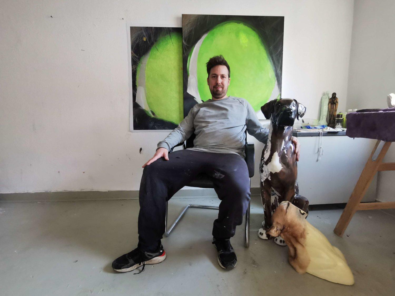 Der Künstler Marcel Walldorf in seinem Studio.