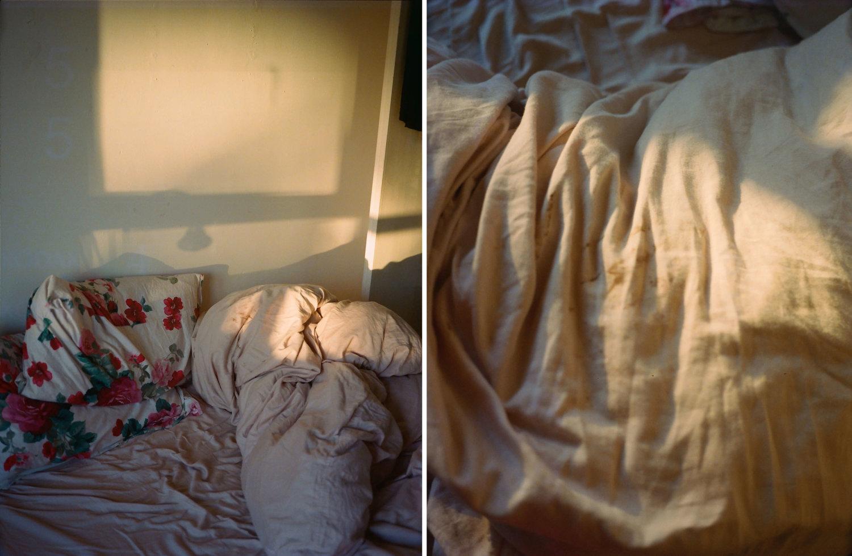 Links: Licht fällt auf ein Bett mit zerknittertem Laken. Rechts: Ein zerknittertes Laken.