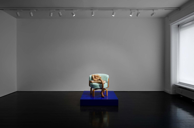 Eine Stuhl-Skulptur von Sarah Lucas.