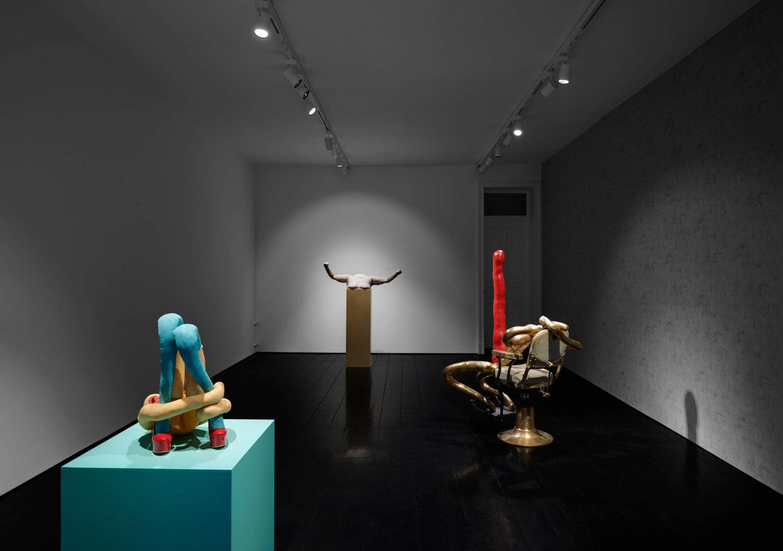 Mehrere Skulpturen von Sarah Lucas bei CFA.