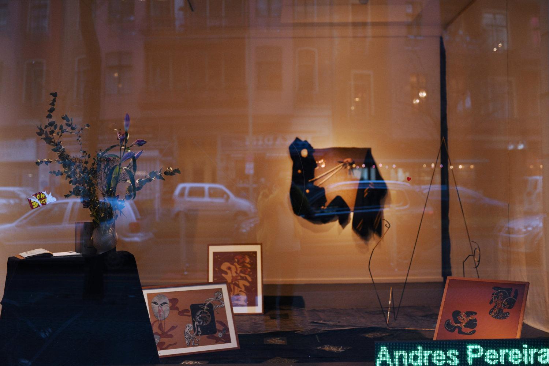 Blick ins Fenster des Künstlerhauses Bethanien mit Arbeiten von Andrés Pereira Paz.