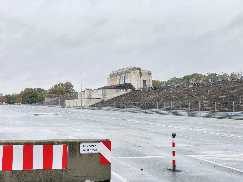 Zeppelintribüne mit dem Regenbogen-Präludium. Foto: J. Reindl, 2020.