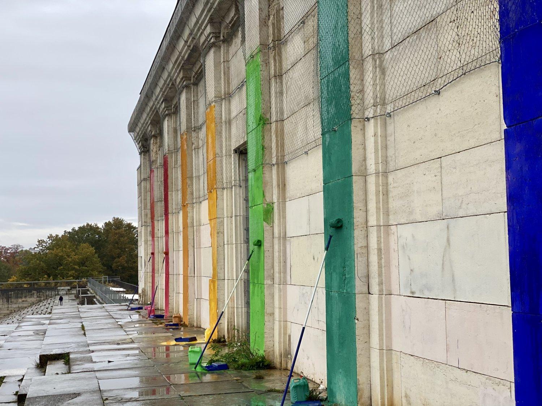 Detailansicht der Zeppelintribüne mit dem Regenbogen-Präludium. Foto: Ben Heinrich, 2020.