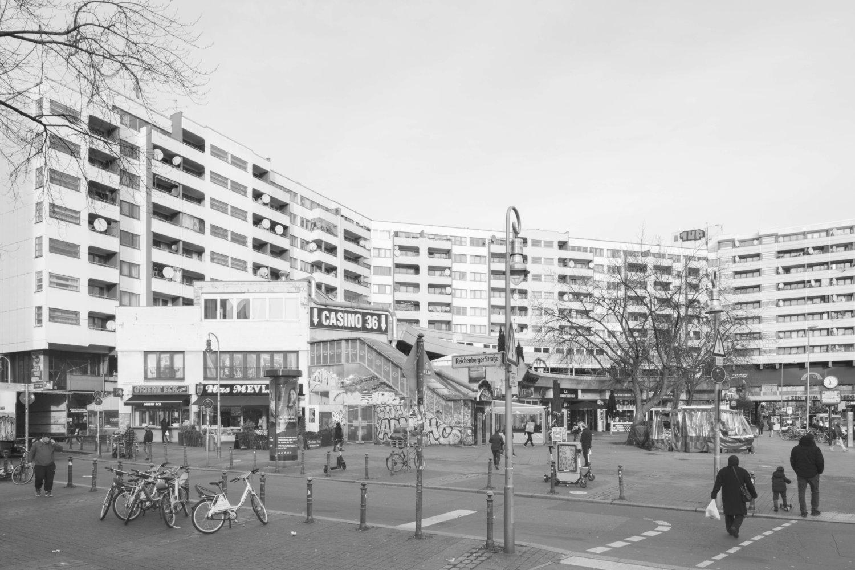 Eine Schwarz-Weiß-Fotografie vom Kottbusser Tor in Berlin, Architekturansicht eines Wohnkomplexes aus den 80er Jahren unmittelbar an der U-Bahn-Station Kottbusser Tor
