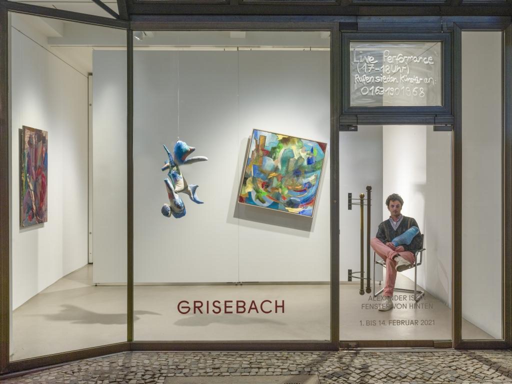 Alexander Iskin sitzt im Fenster von Griesebach.