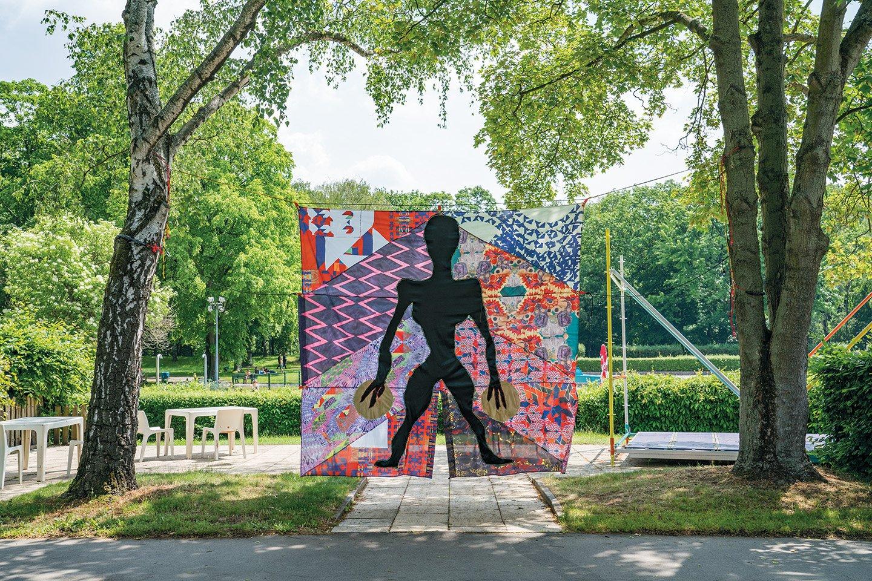 """Das Bild ist eine Ausstellungsansicht von Gili Avissars Arbeit """"Seven Suns"""" in der Show """"Amour"""" bei Tropez Berlin"""