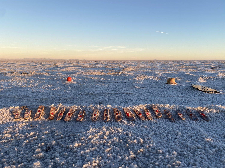 Man sieht die Ebene der Bonneville Salt Flats, darauf Skulpturen aus der Ausstellung September Diencephalon: ~The Containers of Always von Final Hot Desert.