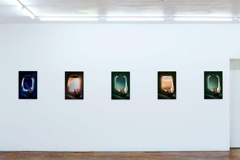 """Mehrere Arbeiten aus der Reihe """"GlassPhone"""" hängen in der Leipziger Galerie Gebr. Lehmann."""