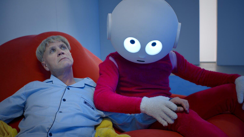 """Still aus """"Sugar"""" von Bjärn Melhus: ein Mann und eine Art Mensch-Roboter halten sich an den Händen."""