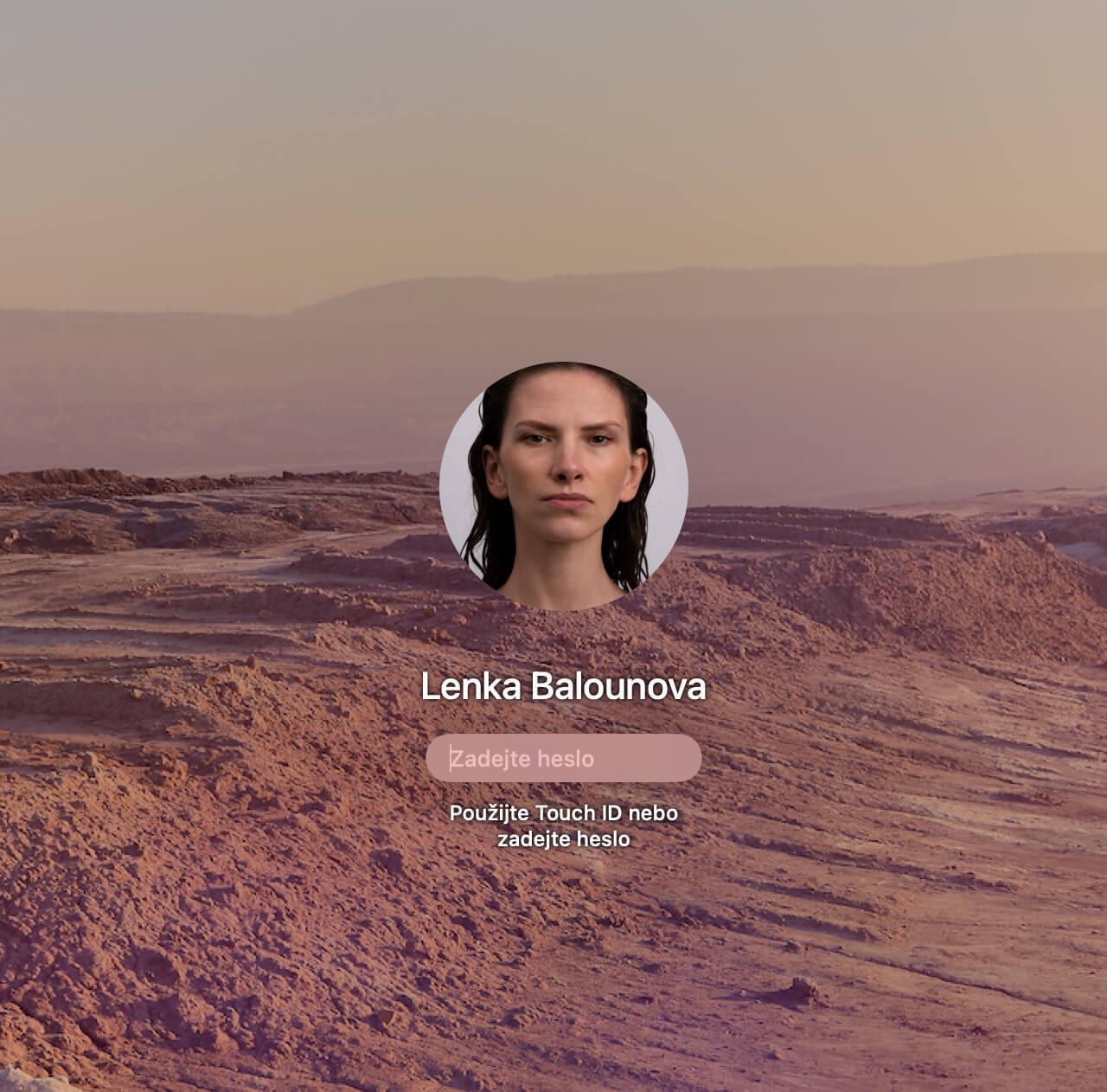 Ein Sperrbildschirm mit Wüstenhintergrund. Als Profilbild zu sehen: das verzerrte Gesicht von Lenka Balounová.