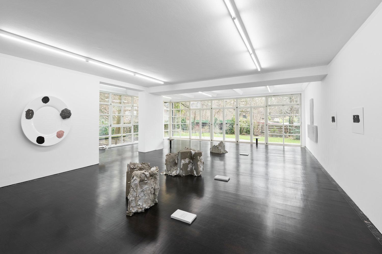 Blick in den Ausstellungsraum von Deborah Schamomi