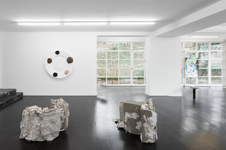 Der Ausstellungsraum von Deborah Schamoni mit Blick zum Fenster