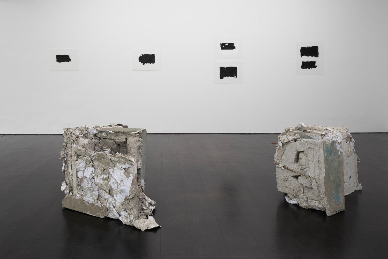 Blick in den weißen Ausstellungsraum von Deborah Schamomi