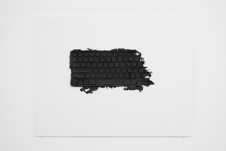 Ein schwarzer Silikondruck auf weißem Untergrund