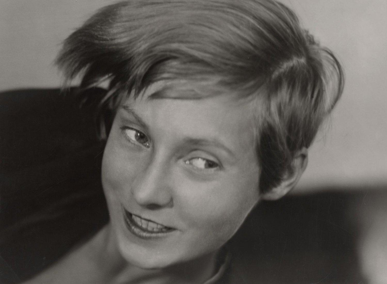 Ein Foto eines jungen Mädchens in schwarz-weiß.
