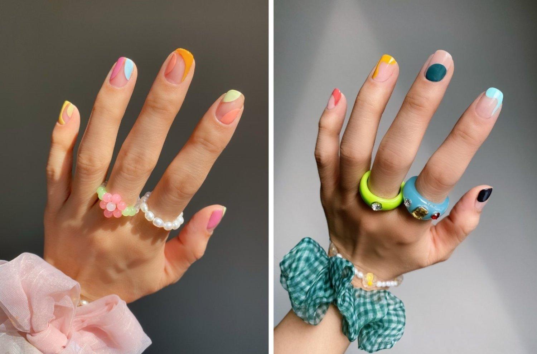 Zwei linke Hände mit buntem Nageldesign, Ringen und großen Zopfgummis ums Handgelenk herum, der Nagellack ist in abstrakten Formen und verschiedenen Farben auf die Nägel aufgetragen