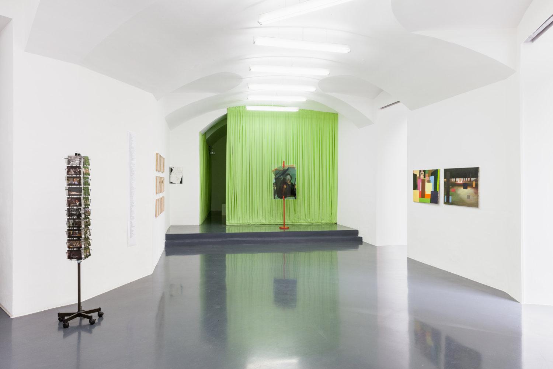 """Installationsansicht """"Instinct Chatter"""" bei Emanuel Layr, 5. März - 10. April 2021, Wien mit Werken von Robin Waart, Monika Bear und Lili Reynaud-Dewar"""