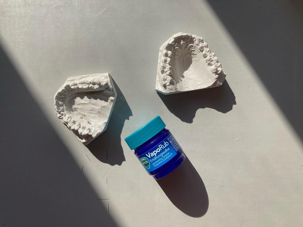Zwei Zahnabdrücke sowie eine Packung Wick VapoRub