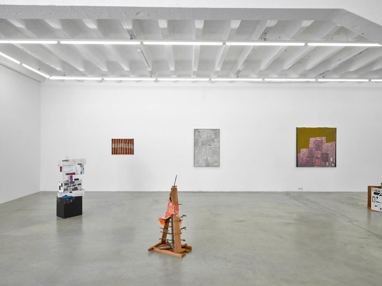 """Das Bild zeigt eine Ausstellungsansicht der Ausstellung """"Oswald Oberhuber: Permanente Veränderung"""" in der Galerie KOW Berlin."""
