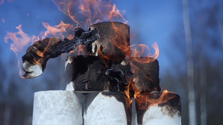 Sechs aufgetürmte Klorollen brennen und sind bereits deutlich angekohlt.