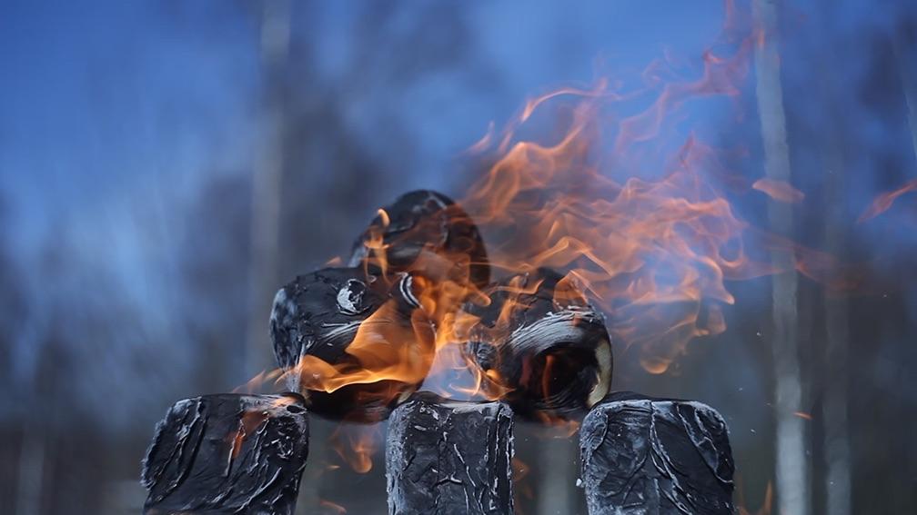 Sechs aufgetürmte Klorollen brennen, sind beinahe verbrannt.