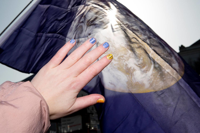 """""""Never Not Striking Nails"""" von Nadja Buttendorf, auf den einzelnen Fingernägel steht """"I want hot nails not a hot planet"""""""
