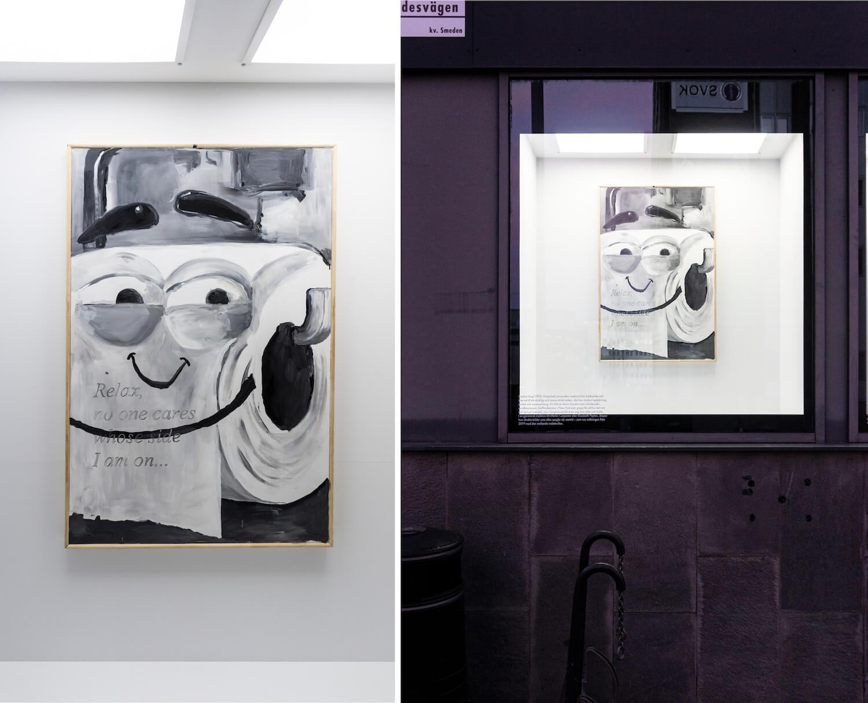"""Die Arbeit """"Ethical Consumption"""" von Sophie Gogl zeigt eine grinsende Klorolle. Links: die Arbeit, rechts: die Arbeit installatiert bei Tre Kronor."""