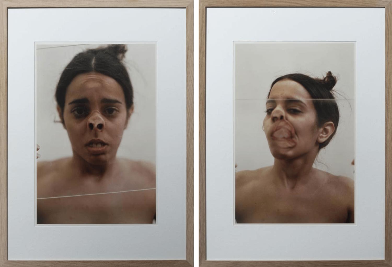 Zwei gerahmte Fotografien mit einer braunhaarigen, nackten Frau, die ihr Gesicht gegen eine Glasscheibe drückt
