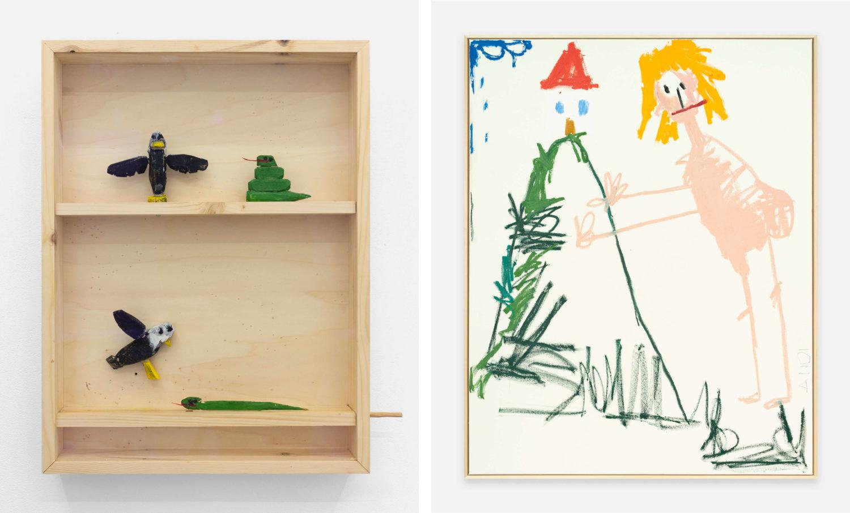 Das Bild zeigt zwei Kunstwerke des Künstlers Andi Fischer. Bei dem linken Werk handelt es sich um einen rechteckigen Holzkasten mit Holzfiguren darin. Bei der rechten Arbeit handelt es sich um ein Leinwandbild, welches eine nackte Figur zeigt, die rechts von einem Berg mit einem Haus darauf steht. Die Figur ist so groß wie der Berg.