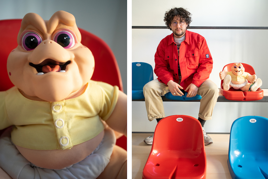 Alexander Scharf in seiner Ausstellung Jason mit baby Sinclaire