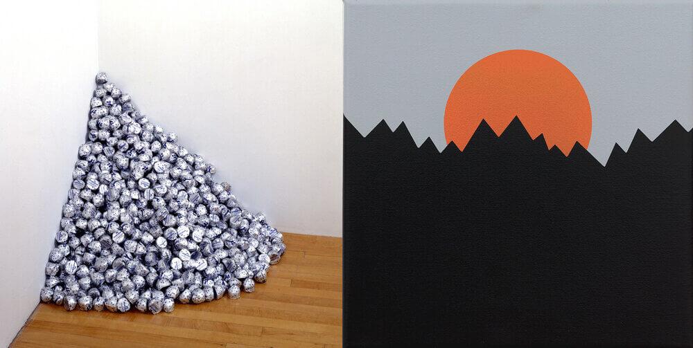 Zu sehen sind zwei Kunstwerke, links von Felix Gonzalez-Torres, die A Corner of Baci heißt und rechts von Ariel Hausman, die Military Landscape Painting heißt