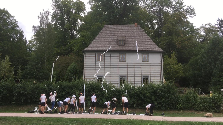 Die Frankfurter Hauptschule bewirft Goethes Gartenhaus in Weimar anlässlich seines 270. Geburtstags mit Klopapier