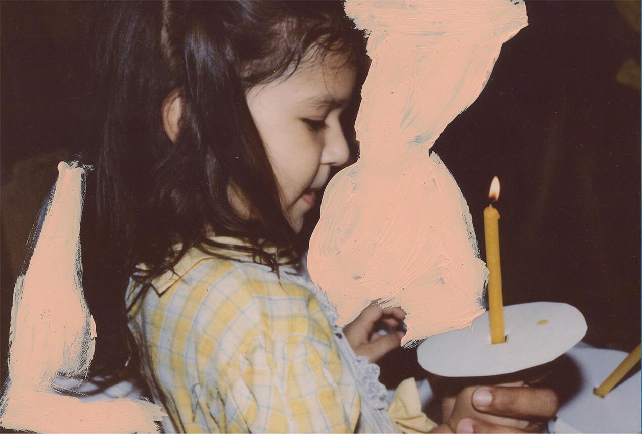 Eine Fotografie von Alba Zari, zu sehen ist ein junges Mädchen, die eine gelbe, schmale Kerze in den Händen hält und nach unten schaut
