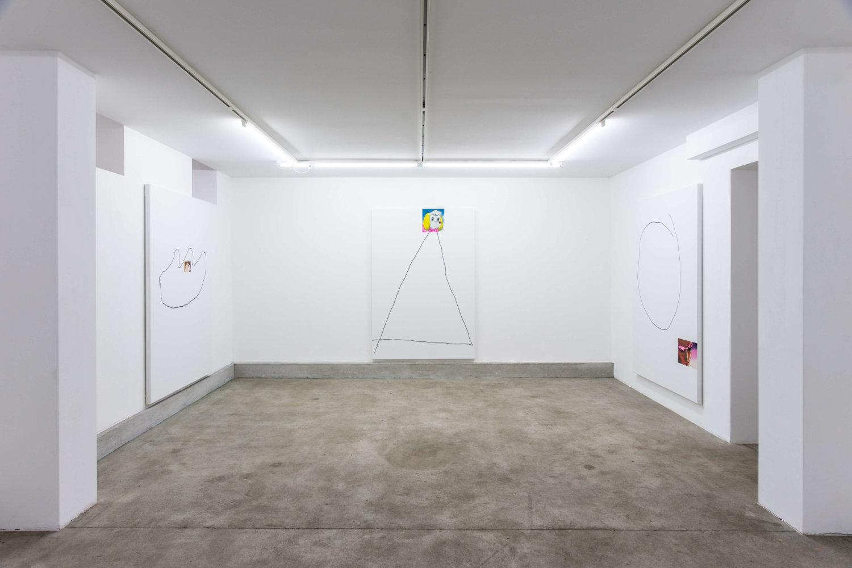 Die Ausstellungsansicht zeigt drei wie in einem Triptychon angeordnete Bilder mit einfachen Zeichnungen.