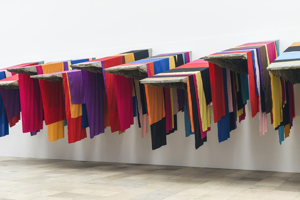 Man sieht Arbeiten von Phyllida Barlow im Haus der Kunst in München.