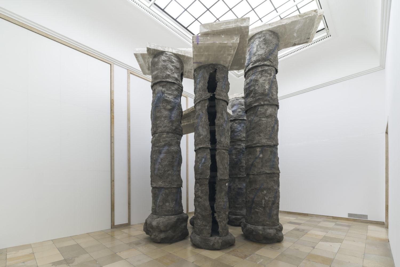Man sieht eine Arbeit von Phyllida Barlow im Haus der Kunst in München.