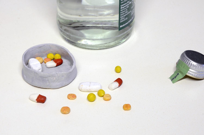 Eine Pillendose mit Pillen aus selbsttrocknender Masse.