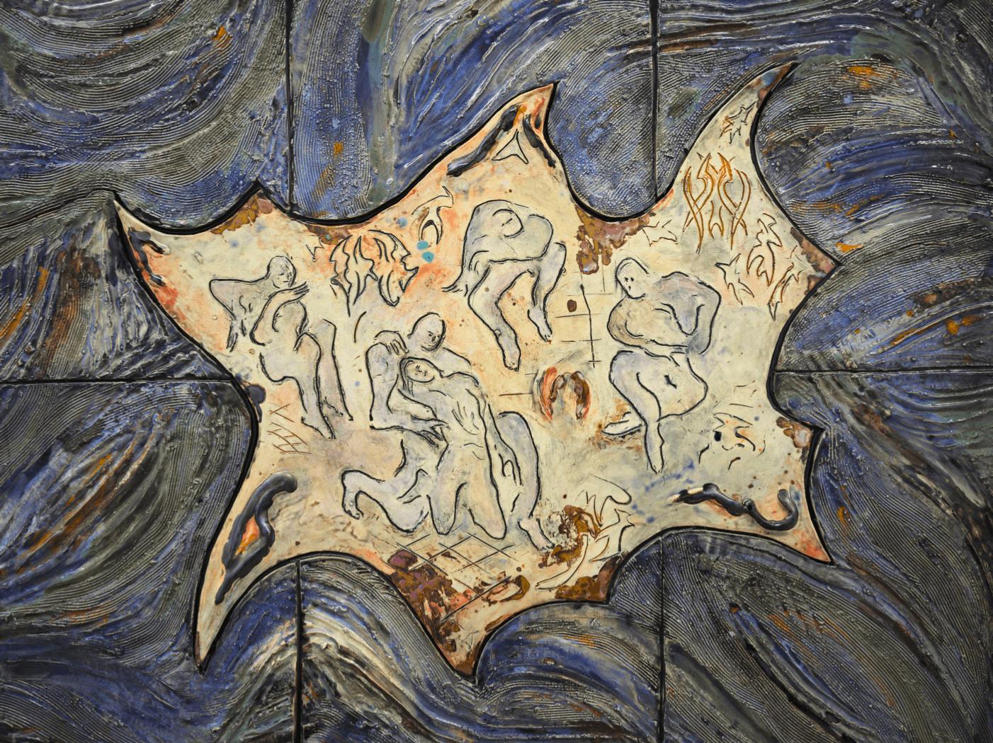 Keramik von Monika Grabuschnigg. Wie in einer Höhle sitzen menschenartige Körper allein und ineinander verschlungen.