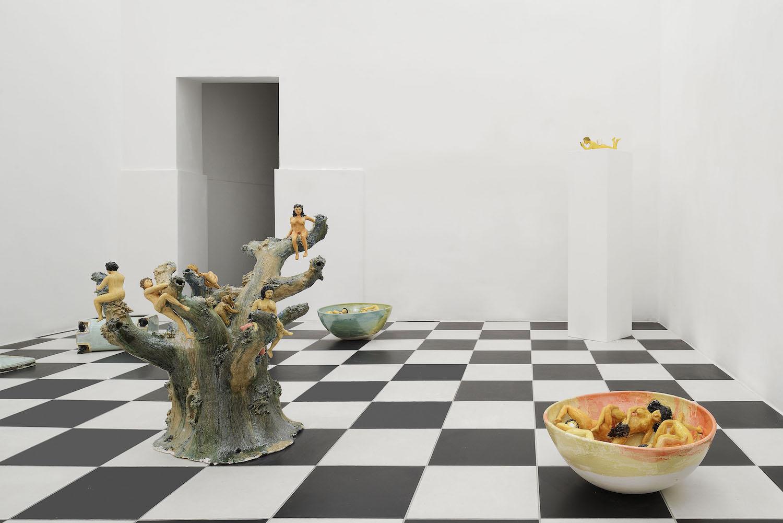 Keramiken von Urara Tsuchiya. Schalen und ein Baum mit nackten Figuren.