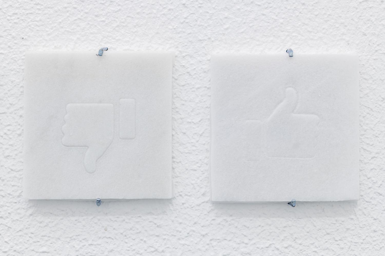 Marmorplatten mit Like-Zeichen von Lukas Liese.