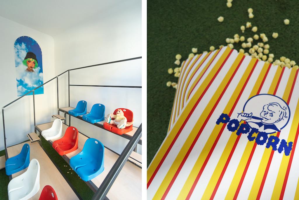 Tribüne mit baby Sinclaire und Popcorn in Alexander Scharfs Ausstellung Jason