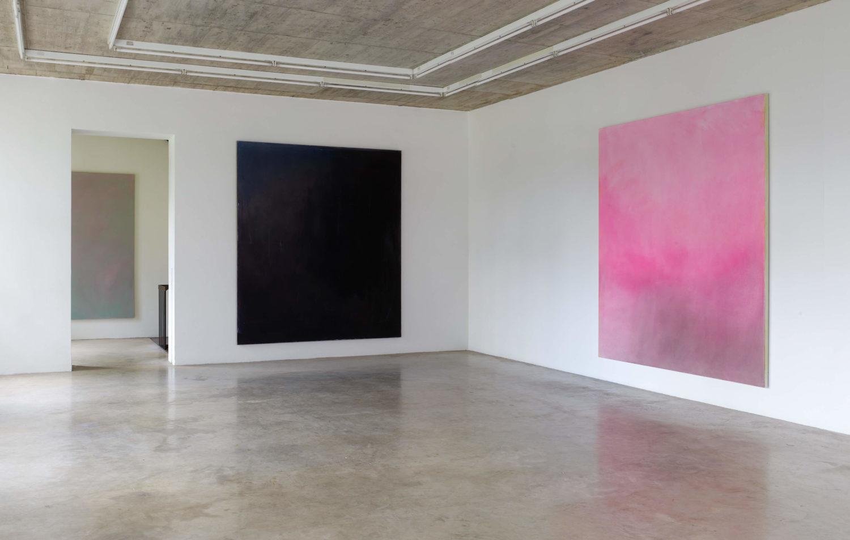 """Das Bild zeigt eine Ausstellungsansicht der Ausstellung """"Celestial Artefacts"""" des Künstlers Maximilian Rudels im Neuen Aachener Kunstverein."""