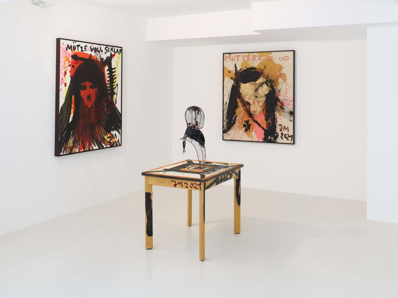 """Das Bild zeigt eine Ausstellungsansicht der Ausstellung """"AMAZONENGOLD de LARGE"""" des Künstlers Jonathan Meese in der Galerie Sies + Höke in Düsseldorf."""