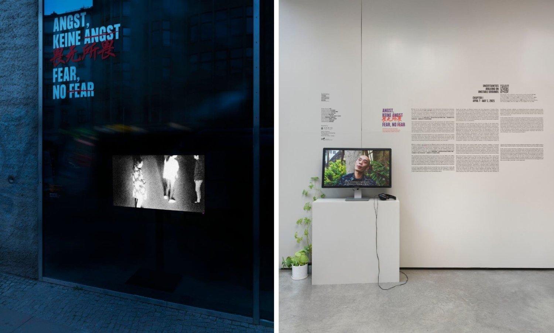 Dunkle Außenansicht vom Times Art Center Berlin mit einem Bildschirm und dem Ausstellungstitel Angst, Keine Angst, rechts daneben die Eingangssituation im Times Art Center Berlin, heller Raum mit einem Bildschirm, auf dem ein Video vom Initiator der Ausstellung zu sehen ist und der Infotext zur Ausstellung