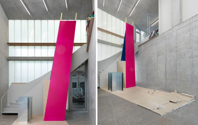 Ausstellungsansicht im Times Art Center Berlin, man sieht abstrakte Formen und verschiedene Materialien, die im Raum verteilt sind