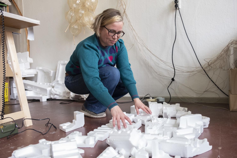 Künstlerin Daniela Fromberg in ihrem Atelier, wie sie gerade Styropor-Teile sortiert, die für eine Installation von ihr gebraucht werden