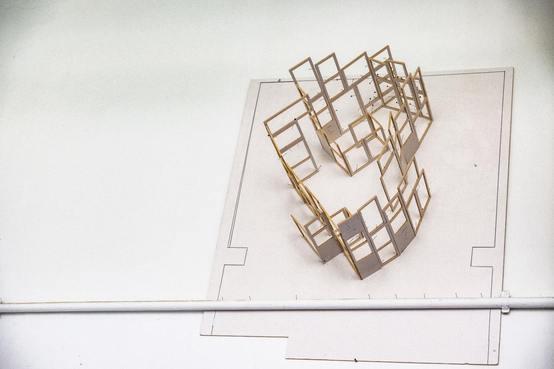 Ein Modell von Künstlerin Daniela Fromberg, das in ihrem Atelier an einer Wand hängt, Modell zu einer Rauminstallation
