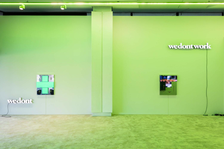 """Das Bild zeigt eine Installationsansicht der Ausstellung """"Butcher Block"""" des Künstlers Mathis Altmann in der Efremidis Gallery in Berlin."""
