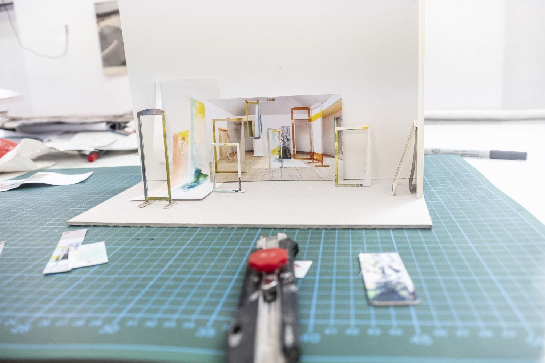 Kleine Modellansicht von einer Rauminstallation, im Vordergrund liegt ein Cutter Messer, das Modell steht auf einer Gummiunterlage